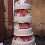 květinová výzdova svatebného dortu